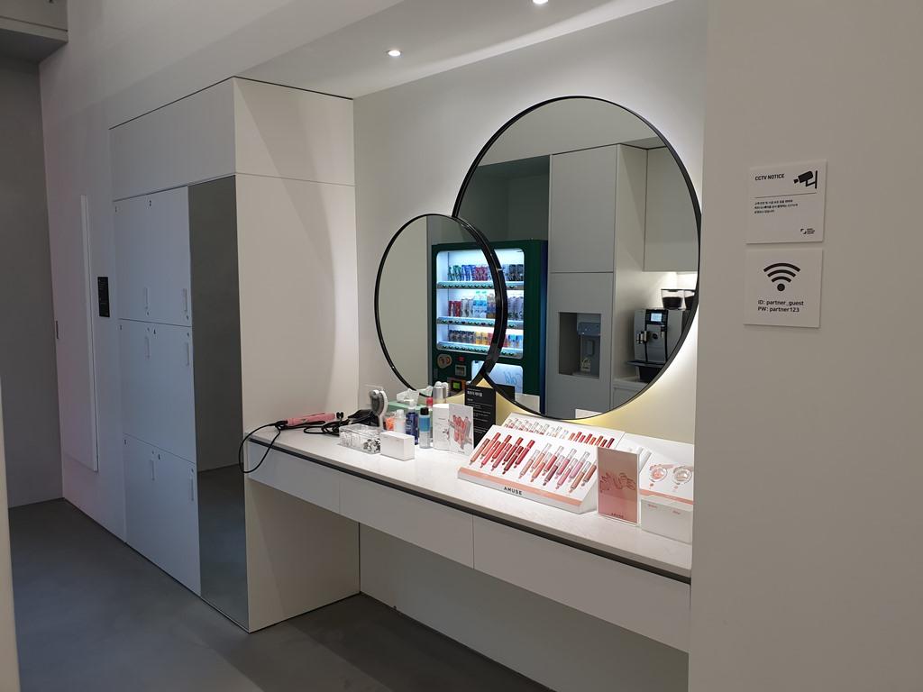 네이버 파트너스퀘어 홍대 - 워밍업존의 메이크업실